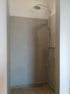 fugenlose-badgestaltung-duschbereich-nah